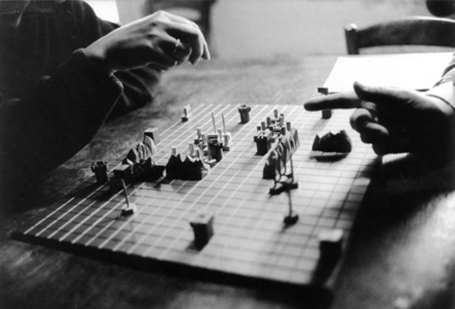 """Alice Becker-Ho und Guy Debord spielen """"Jeu de la guerre"""", 1987"""